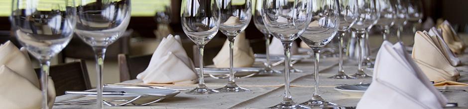 Gläser auf Tisch